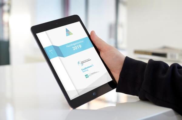 Nachfolgemonitor im iPad in einer Hand gehalten