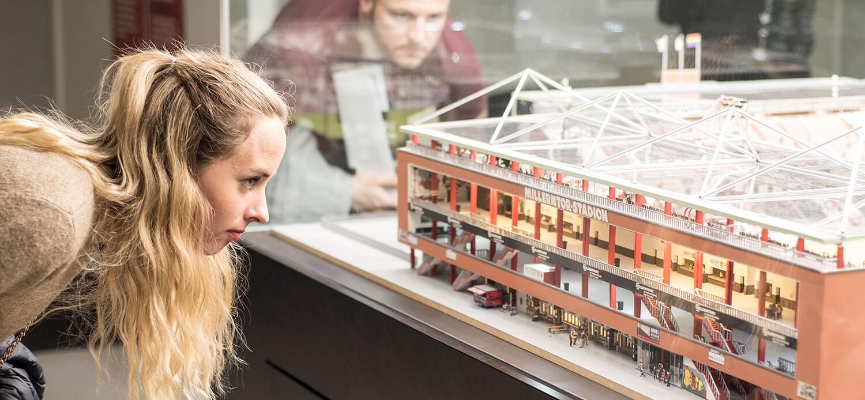 BesucherInnen betrachten das Miniatur-Millerntor im FCSP-Museum (Foto Sabrina Adeline Nagel)