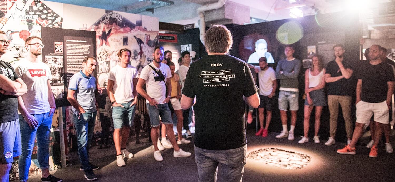 Kuratorenführung für FC St. Pauli erste Mannschaft im KIEZBEBEN (Foto Sabrina Adeline Nagel)